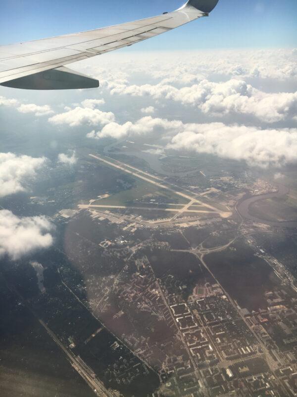 Мир изокна самолета