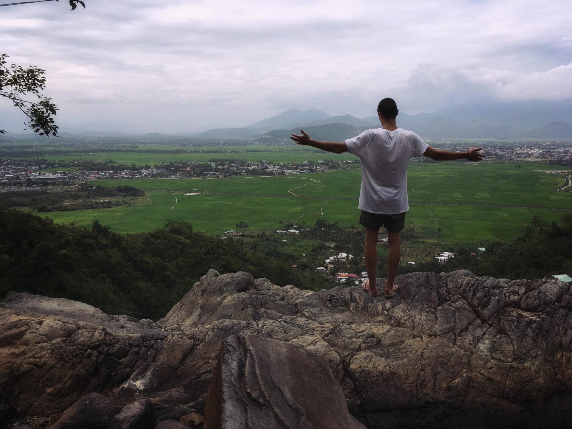 Храм, горы, водопад— затерянные вджунглях